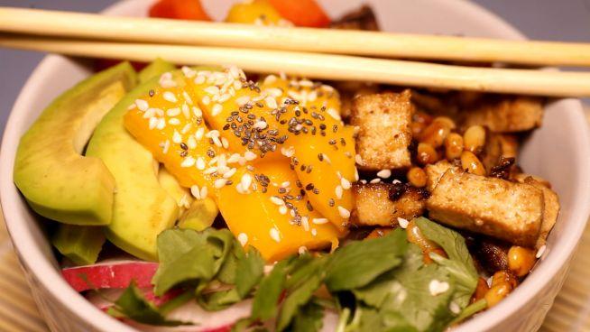 Lecker Avocado-Tofu-Bowln zum Selbermachen